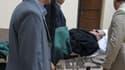 Hosni Moubarak arrivant sur une civière au tribunal, au Caire. Le ministère public a requis la peine de mort contre l'ancien président égyptien et ses coaccusés, jugés notamment pour leur implication dans la répression des journées révolutionnaires de l'h