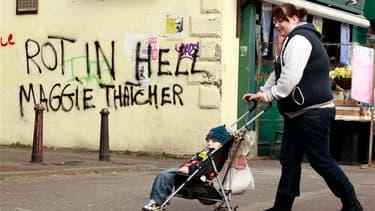 """Inscription hostile à Margaret Thatcher sur un mur de Belfast. Six jours après la mort de l'ex-Premier ministre, la chanson """"Ding Dong! The Witch Is Dead"""" (Ding Dong! La sorcière est morte), extraite de la bande originale du film """"Le magicien d'Oz"""", s'est"""