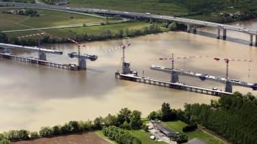 L'association accuse les filiales de Bouygues et Vinci d'atteintes environnementales.