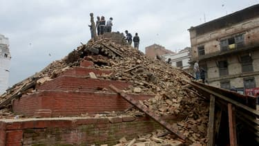Parmi les monuments détruits par le séisme figurent les temples de la place Durbar, datant du 17e siècle. Ainsi, le Maju Degal, un temple dédié à Shiva, a été réduit en miettes.