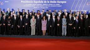 Photo de famille au sixième sommet UE-Amérique Latine, à Madrid. L'Union européenne a conclu un accord de libre-échange avec les pays d'Amérique centrale et en officialisera deux autres mercredi avec la Colombie et le Pérou. /Photo prise le 18 mai 2010/RE