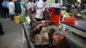 Evacuation d'un blessé à l'hôpital d'Ahar, en Iran. Deux puissants séismes ont frappé le nord-ouest du pays samedi, faisant au moins 250 morts et quelque 1.800 blessés, selon un bilan provisoire, alors que les secours continuaient de fouiller les décombre