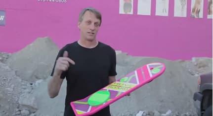 Le skateur de légende Tony Hawk présente un faux Hoverboard, une petite blague pour laquelle il a dû s'excuser publiquement.