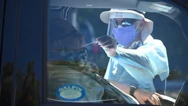 Un automobiliste est testé au Covid-19, dans un centre à Los Angeles (Etats-Unis) le 29 septembre 2020