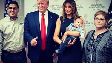 Le couple présidentiel américain prend la pose avec un orphelin de la fusillade d'El Paso, à l'hôpital, le 7 août dernier.