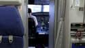 Un pilote dans le cockpit d'un Airbus A320, en 2009. (photo d'illustration)