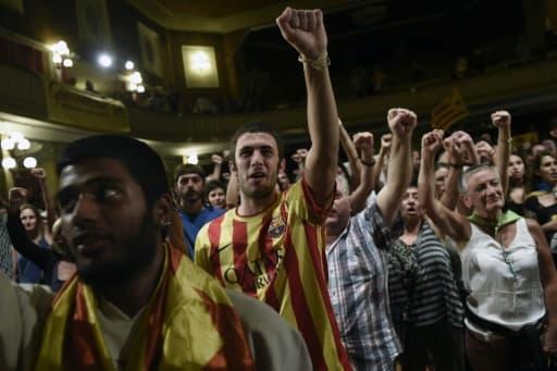 Des militants du parti indépendantiste, d'extrême gauche, Candidature d'unité populaire (CUP) manifestent leur joie le 27 septembre 2015 à Barcelone