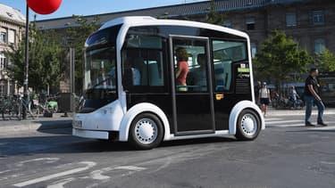 """Le """"Cristal"""", sorte de mini-bus électrique à usage hybride, a été mis au point par l'industriel alsacien Lohr."""