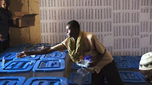Un responsable prépare les urnes à Tombouctou. Le Mali vote ce dimanche pour élire un nouveau président en espérant tourner la page du coup d'Etat de mars 2012 et de l'occupation du nord du pays par les islamistes radicaux, qui a pris fin avec l'intervent