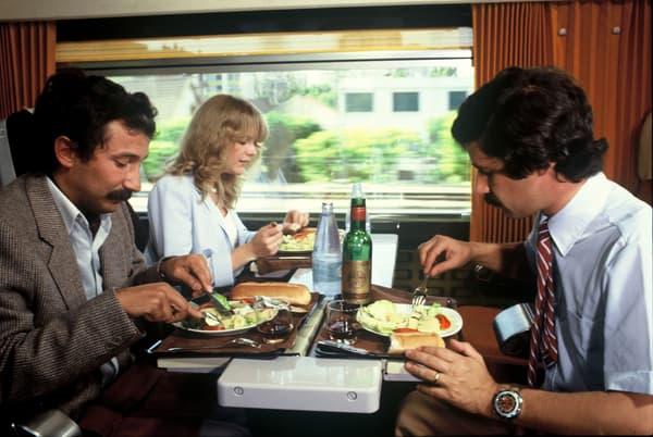 Dans les premiers TGV, le service de restauration à table