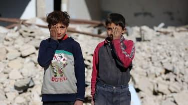 Des enfants posent avec une main sur un œil dans la ville de Douma en Syrie, dans la région de la Ghouta.