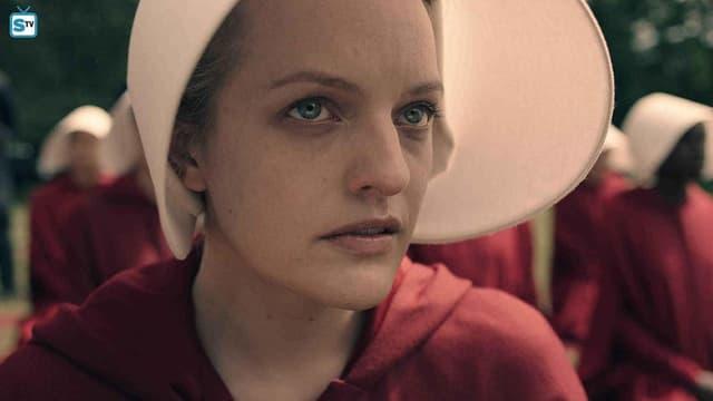 """L'actrice Elizabeth Moss dans la série """"La servante écarlate""""."""