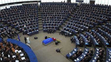 Le cercueil d'Helmut Kohl au centre de l'hémicycle du Parlement européen, le 1er juillet.