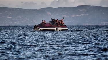 Un bateau de migrants, au large de l'île grecque de Lesbos, le 30 octobre 2015