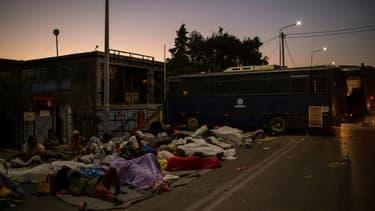 Des migrants et des réfugiés dorment au bord de la route près de Mytilène (Grèce), après la destruction par le feu  du camp de réfugiés de Moria voisin, sur l'île de Lesbos, le 11 septembre 2020.