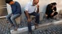 Des Palestiniens en deuil après la mort de deux activistes, dimanche soir, dans un raid israélien sur Khan Younès, dans le sud de la bande de Gaza. Après cette ultime frappe, la trêve négociée par l'Egypte semblait tenir lundi matin entre l'armée israélie