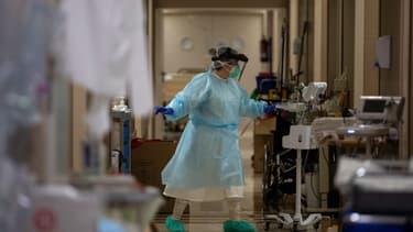 Une soignante dans une clinique privée de Madrid, le 17 avril 2020.