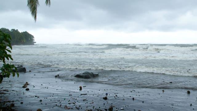 L'océan agité à Basse-Terre, en Guadeloupe, quelques heures avant l'arrivée de l'ouragan Maria, le 18 septembre 2017.