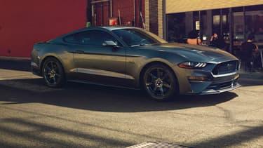 La 6ème génération de la Mustang avait été dévoilée fin 2013. Ford vient de la restyler, avec une nouvelle face avant, un aileron sur la GT et des assistances à la conduite.