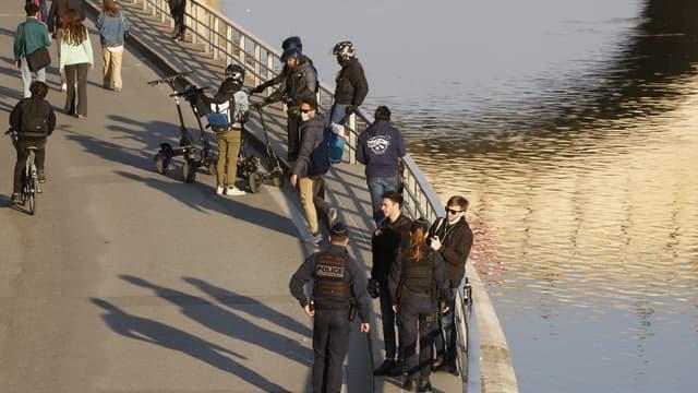 Des policiers contrôlant des passants au bord de Seine avant l'entrée en vigueur du couvre-feu en avril 2021 (Photo d'illustration).
