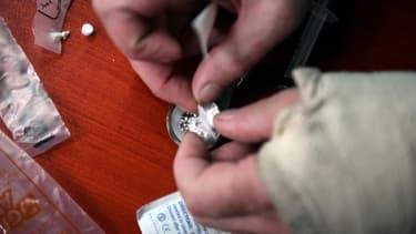 Un usager se prepare sa dose de cocaïne dans une camionnette transformée en salle de shoot à Glasgow, le 11 septembre  2020