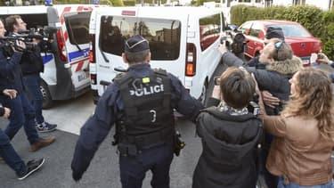 Hubert Caouissin arrivant dans un van de police pour participer à la reconstitution du meurtre de la famille Troadec, le 29 avril 2019
