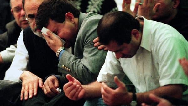 Des proches des victimes du crash du vol EgyptAir, le 31 octobre 1999.