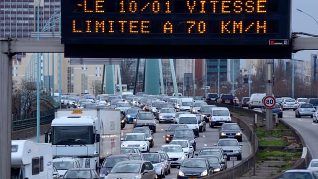 De panneaux annonçant la prochaine limitation de la vitesse autorisée à 70 km/h, le 4 janvier 2014.