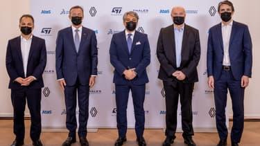 Atos, Dassault Systèmes, STMicroelectronics et Thales autour du DG de Renault Luca De Meo ce vendredi à Paris pour détailler leur nouvelle alliance dans la recherche sur la mobilité.
