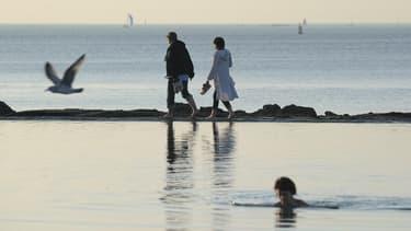 Des touristes se promènent sur la plage de St Malo (illustration)
