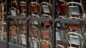 Des chaises rangées à l'intérieur d'une brasserie parisienne en raison du confinement lié à l'épidémie de coronavirus.