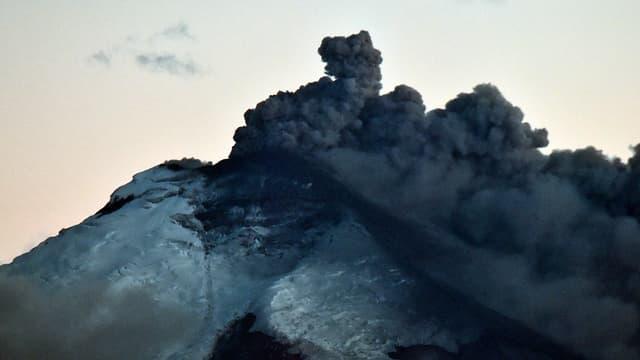 Le volcan Cotopaxi en Equateur, en éruption depuis le 25 aout.