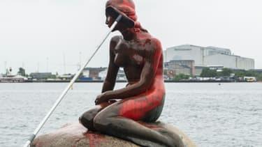 Nettoyage de la Petite Sirène de Copenhague vandalisée, le 30 mai 2017