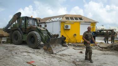Des soldats français évacuent les gravats pour commencer la reconstruction de l'île de Saint-Martin détruite par le passage de l'ouragan Maria, le 27 septembre 2017