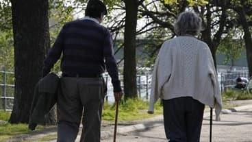 Selon un sondage Viavoice pour Libération, près de six Français sur dix (57%) se disent hostiles au report de l'âge légal de la retraite après 60 ans. /Photo d'archives/REUTERS/John Schults