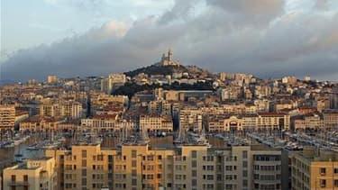 Marseille doit absolument renforcer ses moyens de lutte contre l'insécurité, a déclaré Jean-Claude Gaudin lundi à l'occasion d'un conseil municipal pour faire le point sur un dossier chaud dans la cité phocéenne. /Photo d'archives/REUTERS/Jean-Paul Péliss