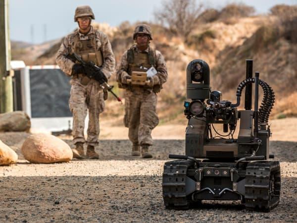 Maars sur le terrain avec des Marines.