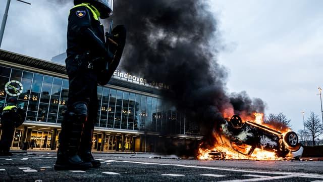 Une voiture en flammes, le 24 janvier 2021 à Eindhoven (Pays-Bas), après une manifestations anti-couvre-feu.