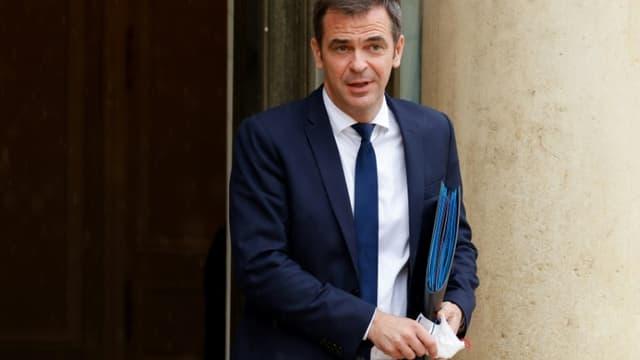 Le ministre de la Santé Olivier Véran, à sa sortie du conseil des ministres, le 13 juillet 2021 à Paris