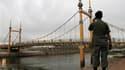 Un mouvement de panique sur un pont de Phnom Penh a fait au moins 375 morts, en majorité des femmes, et 755 blessés lundi soir, au dernier jour de la fête de l'eau. De nombreuses victimes ont péri écrasées dans la bousculade ou sont tombées du pont dans u