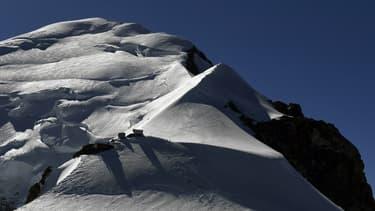 Vue du Mont Blanc, le point culminant de la chaîne des Alpes, le plus haut sommet d'Europe (image d'illustration)