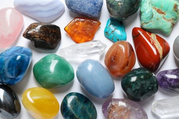 Les pierres de santé peuvent être utilisées aussi bien en décoration que portées en bijoux