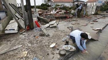 A Yves, près de La Rochelle, après le passage de la tempête Xynthia. La présidente de Poitou-Charentes, Ségolène Royal, a exigé vendredi la suspension du plan de zonage dans les communes touchées par Xynthia et des consultations avec les élus. /Photo pris