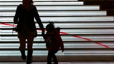 Les députés français ont adopté jeudi une proposition de loi UMP visant à faciliter l'adoption d'un enfant abandonné par ses parents. Les groupes UMP et du Nouveau centre (NC) ont voté pour. Le groupe PS a voté contre, le gouvernement ayant refusé un de s