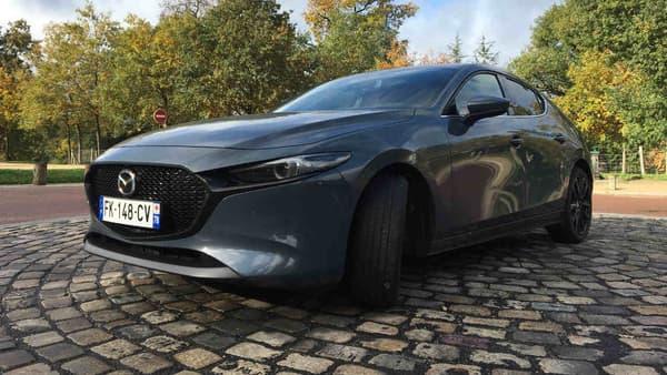 La Mazda 3 mesure 4,46 mètres de long, ce qui la range dans la catégorie des grandes compactes. Elle peut facilement servir de familiale.