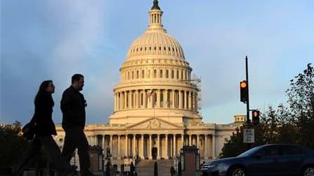 Les électeurs américains ont balayé mardi soir la majorité démocrate à la Chambre des représentants et gonflé les rangs républicains au Sénat, qui reste cependant sous contrôle démocrate. /Photo prise le 2 novembre 2010/REUTERS/Jonathan Ernst