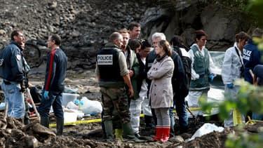 Des enquêteurs fouillent des gravats en bordure du Gave dans le cadre de l'enquête sur la disparition de d'Alexandre Junca, le 20 octobre 2011 à Pau.