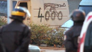 Graffiti dans la cité des 4000, à La Courneuve, où opérait le clan Ben Faïza. Ici lors d'une opération de police le 31 janvier 2006.