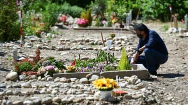 Un Marocain devant la tombe de son épouse morte du coronavirus à Milan, le 5 juin 2020