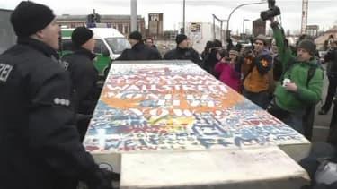 Vendredi, un premier panneau de béton emmené sous les yeux des manifestants.